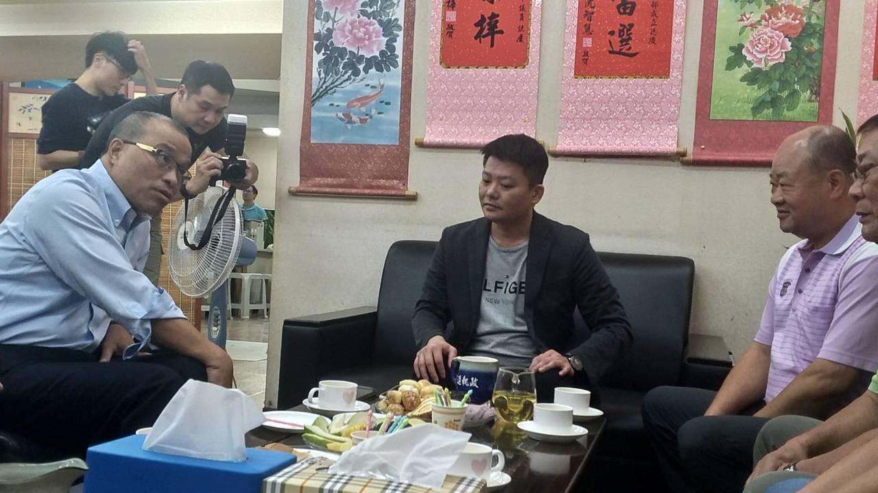 高雄市副市長葉匡(左)時下午拜訪國民黨團總召曾俊傑(中)。記者蔡孟妤/攝影