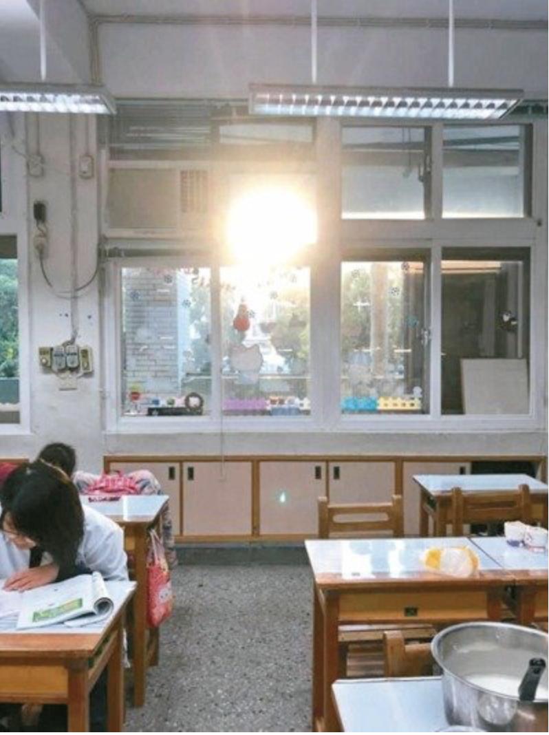 大巨蛋的陽光反射強烈,照進光復國小教室,形成光害。圖/市議員許淑華提供
