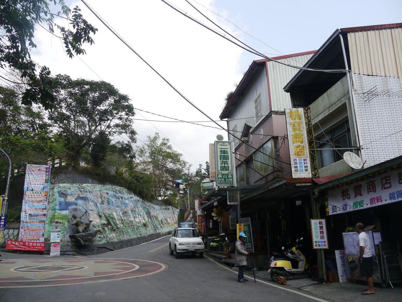 高雄二集團部落距離著名的「藤枝森林遊樂區」不遠,八八風災後沒有公車上山,部落長輩...