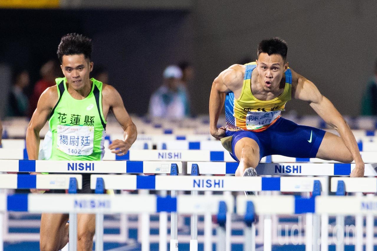 108全運會田徑男子110公尺跨欄決賽,陳奎儒(右)以13秒36破大會紀錄奪得金...