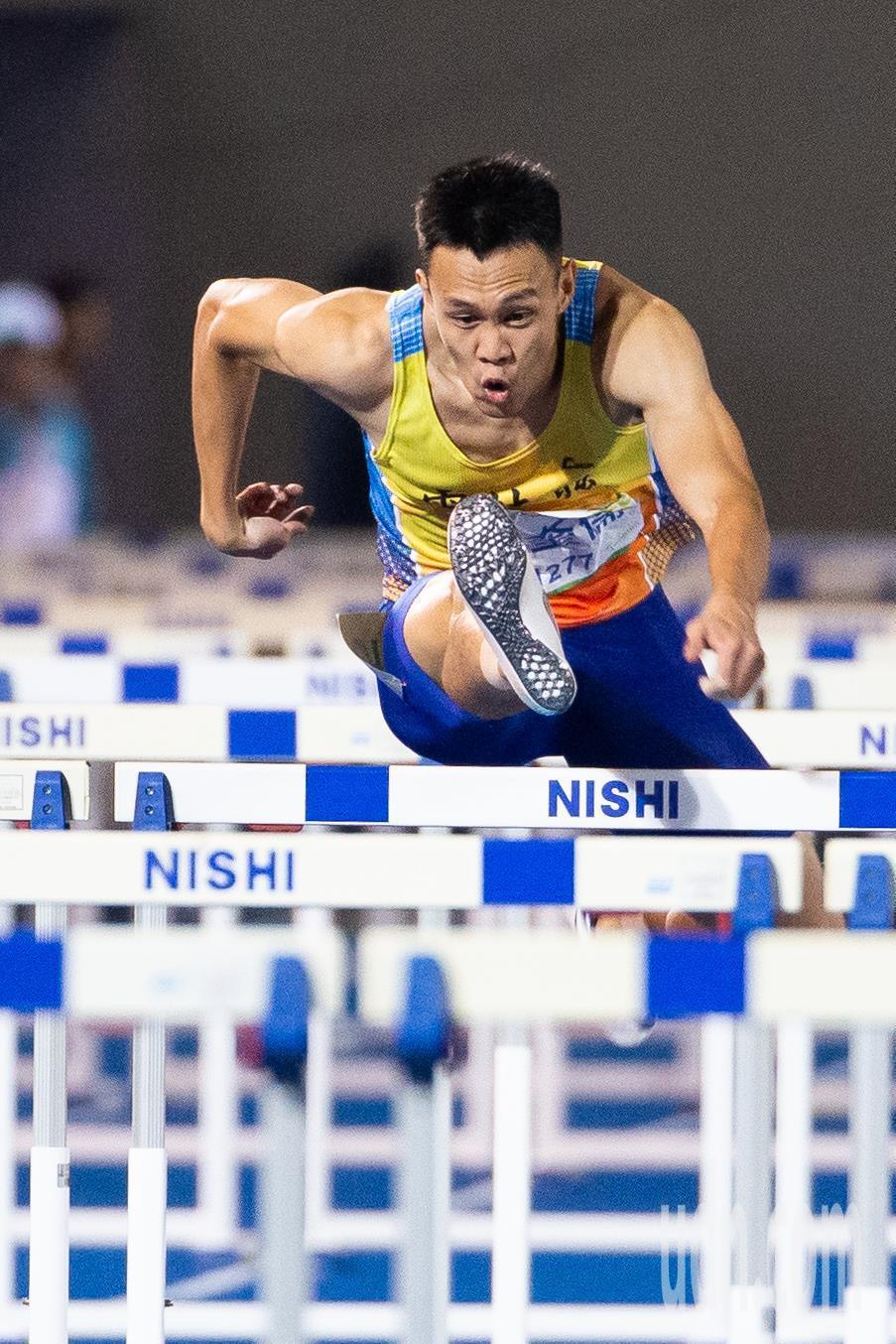 108全運會田徑男子110公尺跨欄決賽,陳奎儒以13秒36破大會紀錄奪得金牌。記...