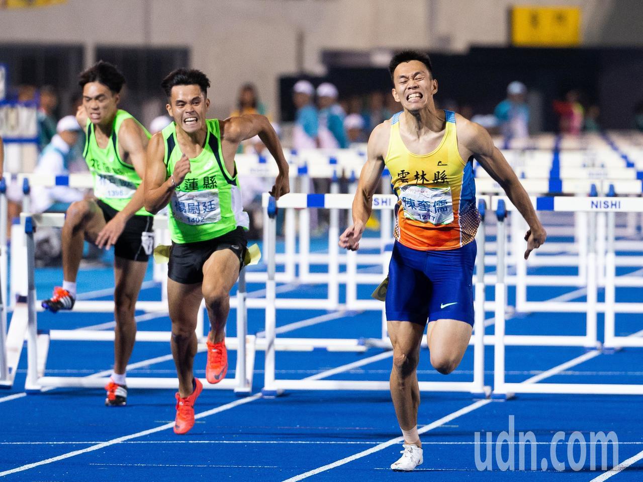 108全運會田徑男子110公尺跨欄決賽,陳奎儒(右一)以13秒36破大會紀錄奪得...