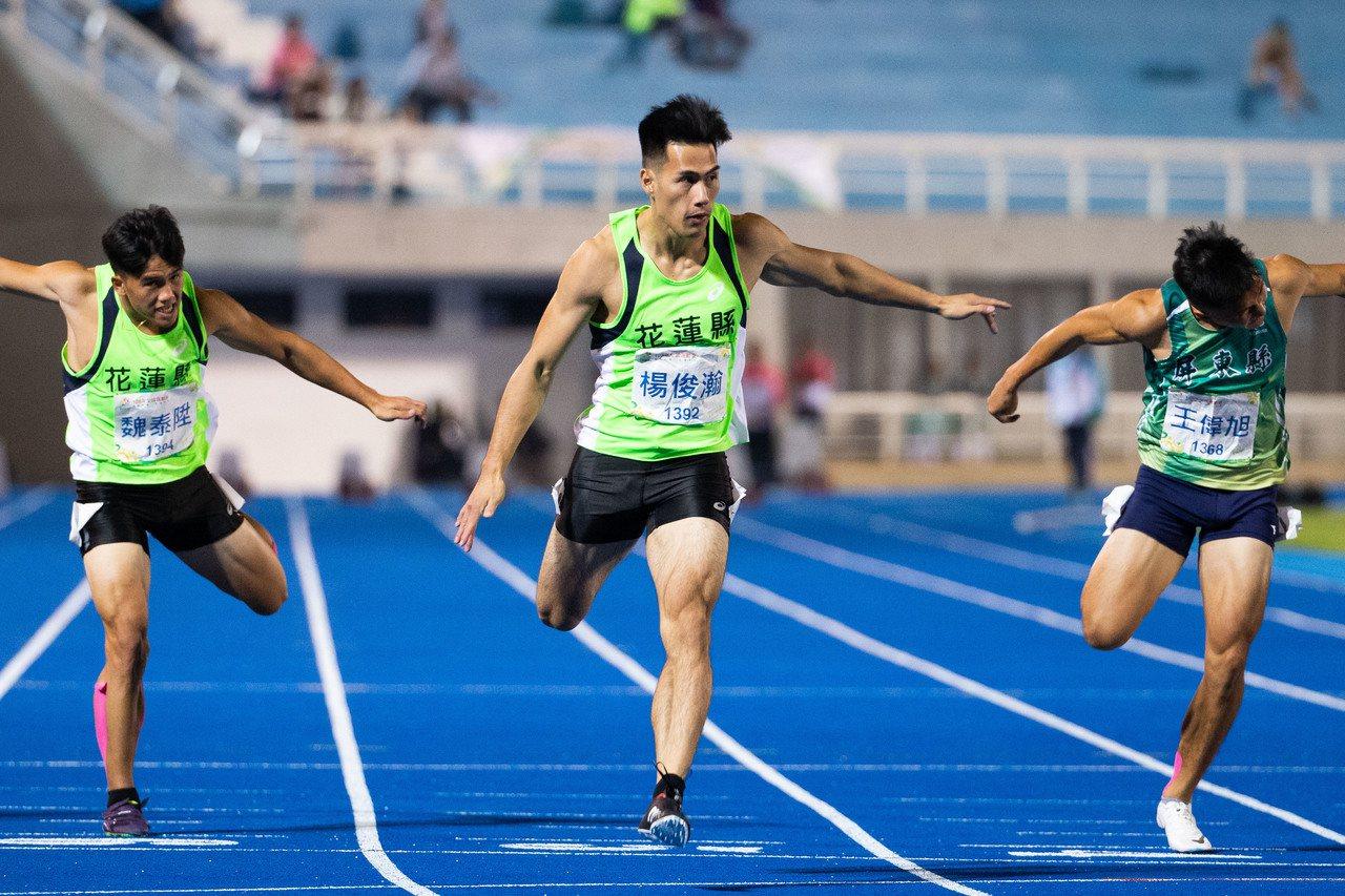 楊俊瀚(中)全運會男子100公尺決賽摘金。記者季相儒/攝影