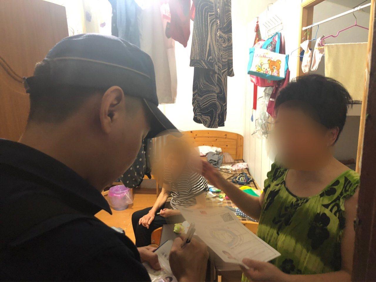 警方協助迷路的北京阿嬤返家。記者廖炳棋/翻攝