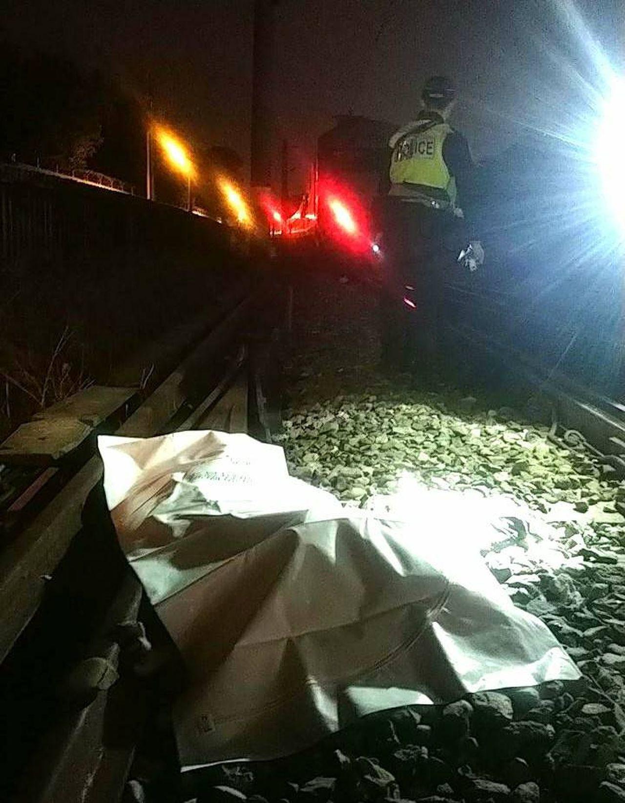 鐵路局自強號141次南下列車,今晚6時許行經桃園市內壢自立新村平交道時,撞到一名...