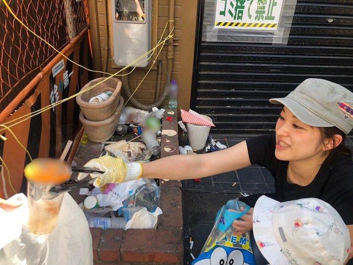 春水堂在日本發起活動,號召珍奶愛好者上街收集民眾喝完珍奶亂丟的塑膠杯。圖/擷自網...