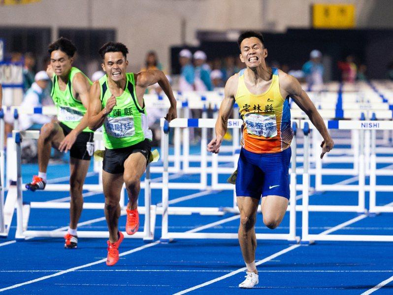 陳奎儒(右)110公尺跨欄13秒36摘金。記者季相儒/攝影