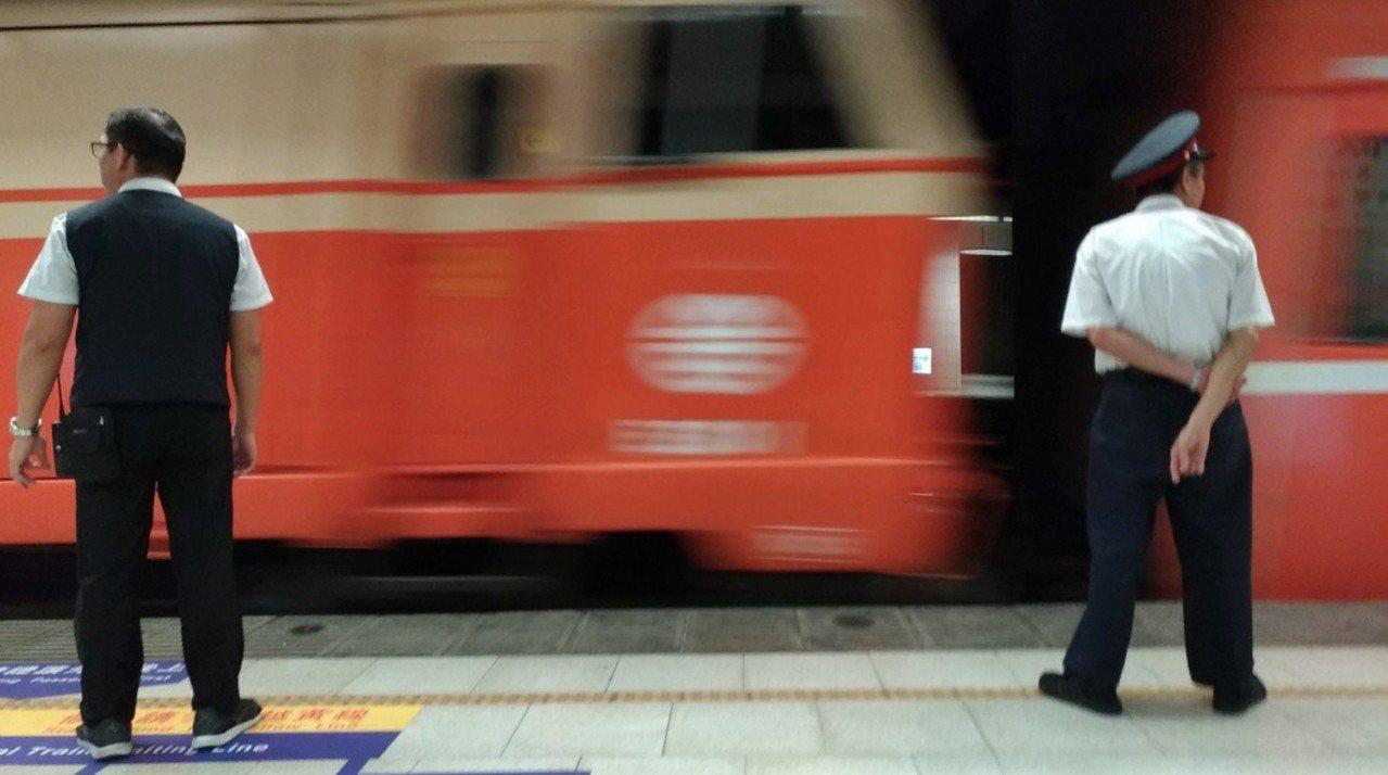 台鐵141次自強號今天晚上撞到一名行人。本報資料照片
