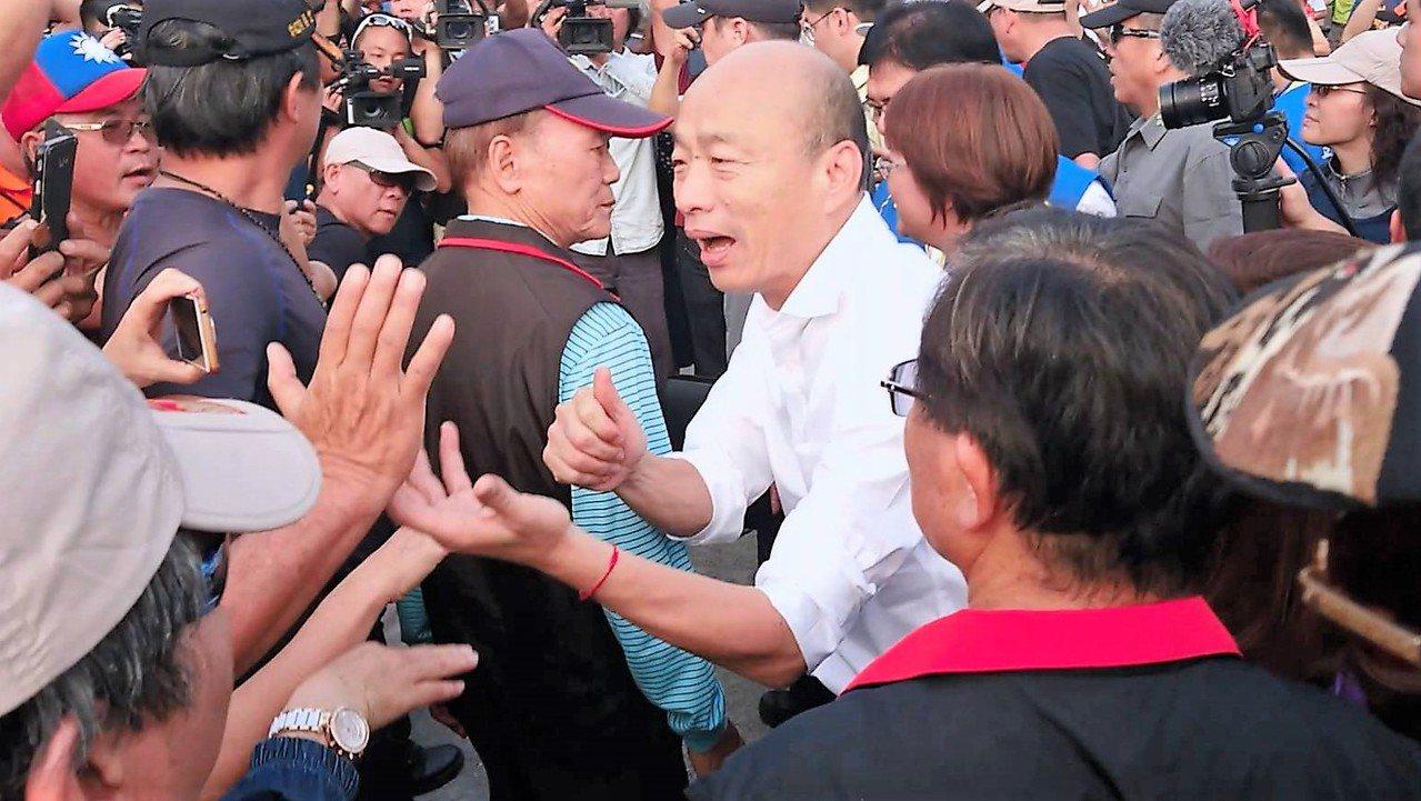 韓國瑜在嘉義縣受到地方農民熱情歡迎。記者卜敏正/攝影