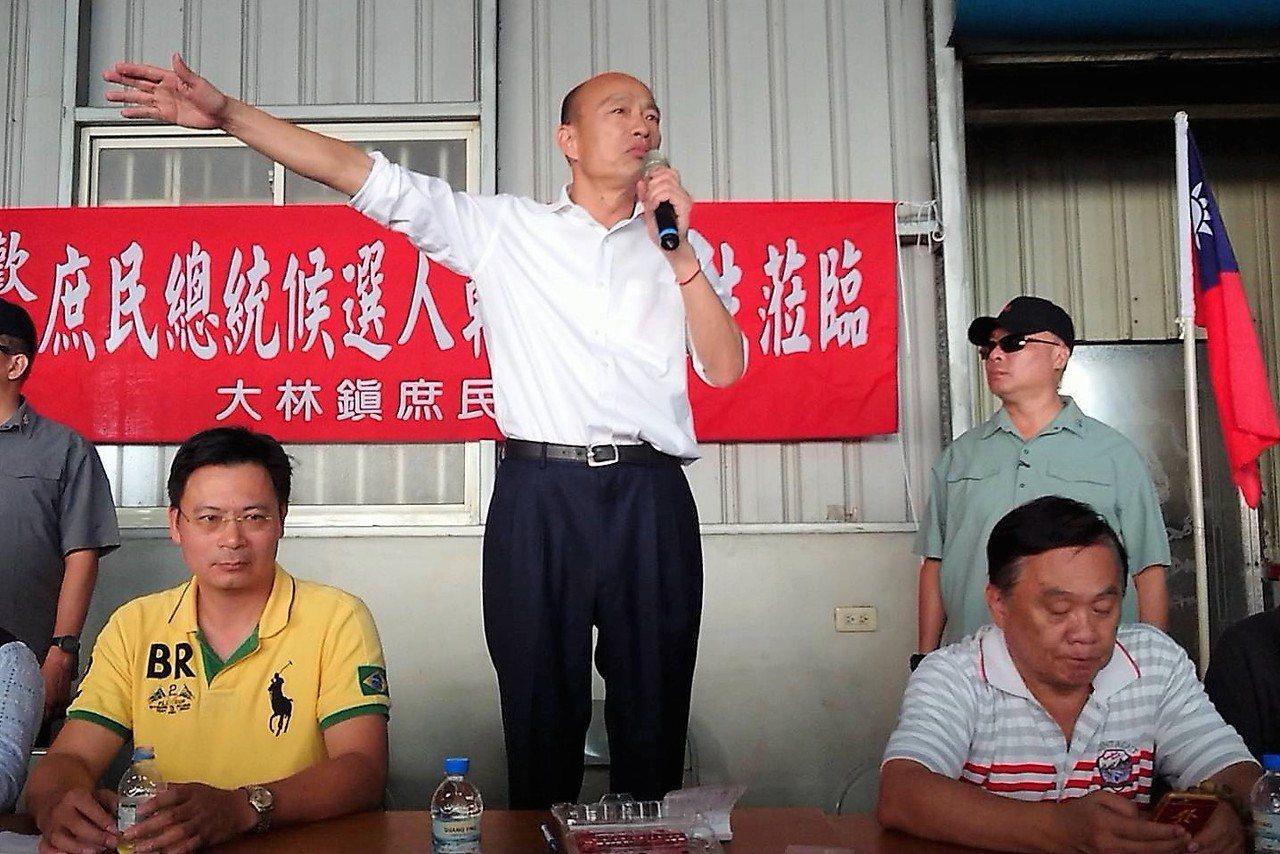 韓國瑜致詞前,特別關心後方支持者,隨後站在箱子上讓大家都看見他。記者卜敏正/攝影