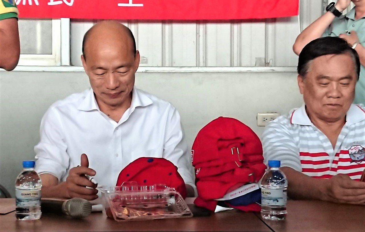 韓國瑜在嘉義縣受到熱情歡迎,不斷幫農民帽子簽名。記者卜敏正/攝影