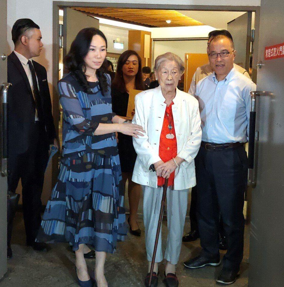 已故詩人余光中遺孀范我存(右二),在高雄市長韓國瑜夫人李佳芬(左二)及代理市長葉...
