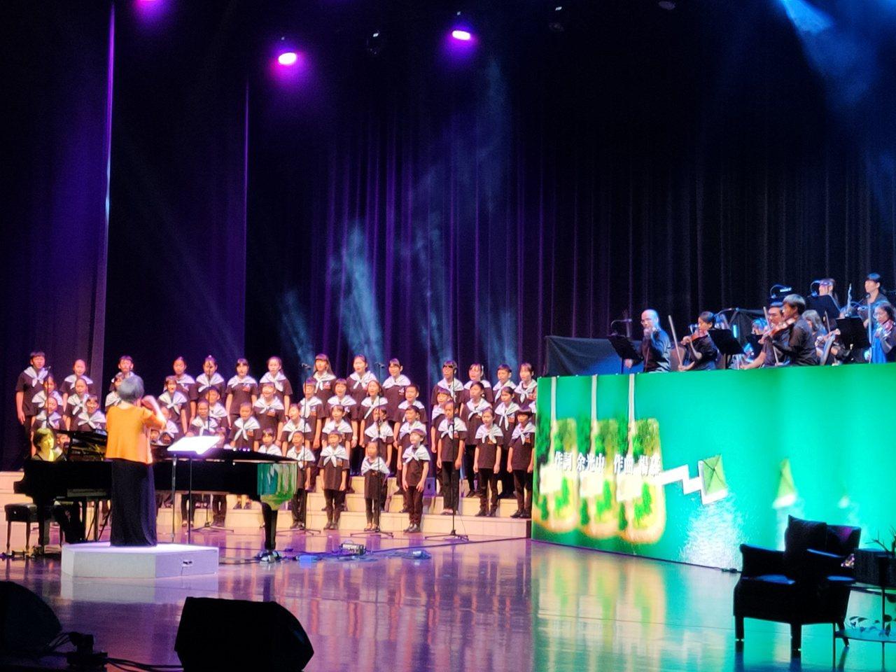 高雄市文化局紀念詩人余光中冥誕,舉辦感恩之夜音樂會,由南台灣室內樂協會團及世紀合...