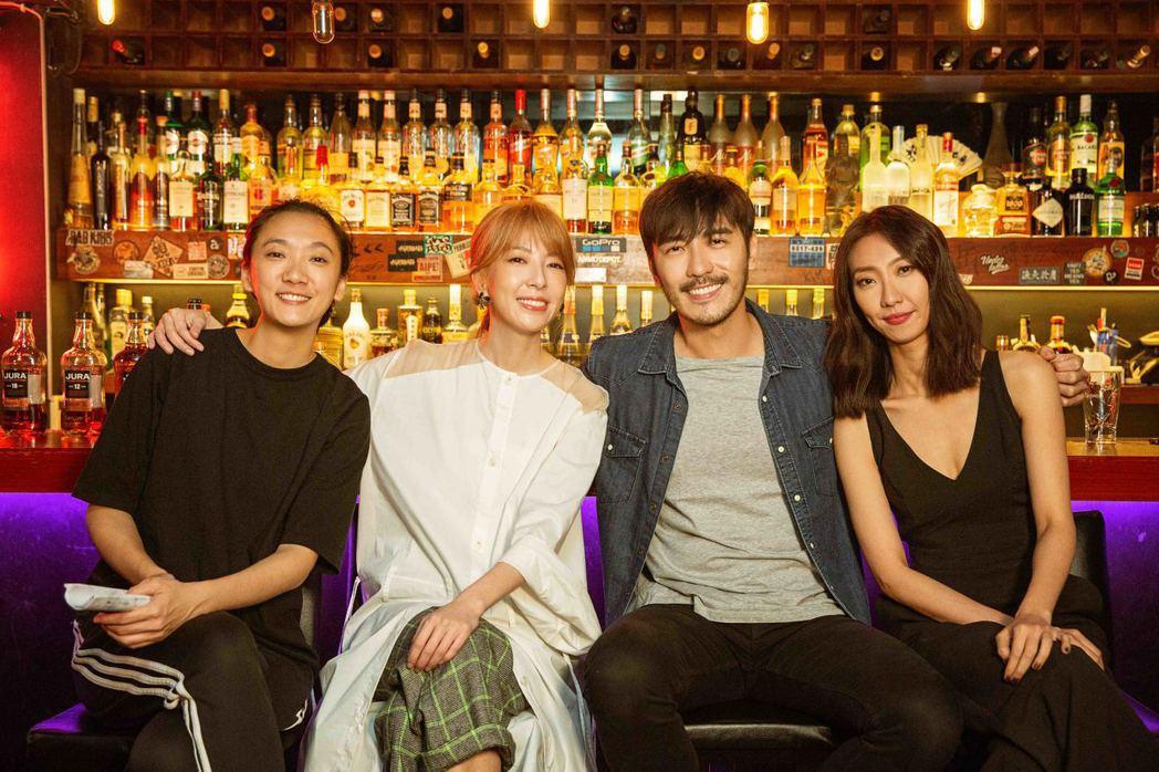 路嘉欣(左二)邀緋聞女友趙逸嵐(左)擔任MV導演,還有好友李至正(右二)、朱宥琳