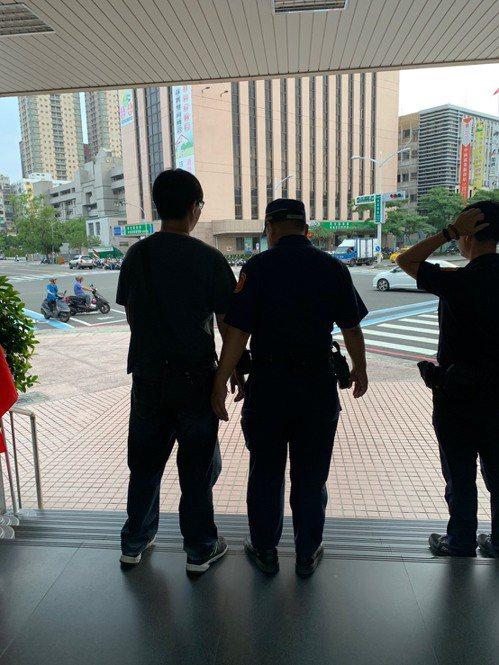 高雄一名林姓男子跑到高雄市警局前,佯裝無辜詢問警衛中隊執勤員警刑罰問題,不過魔高...