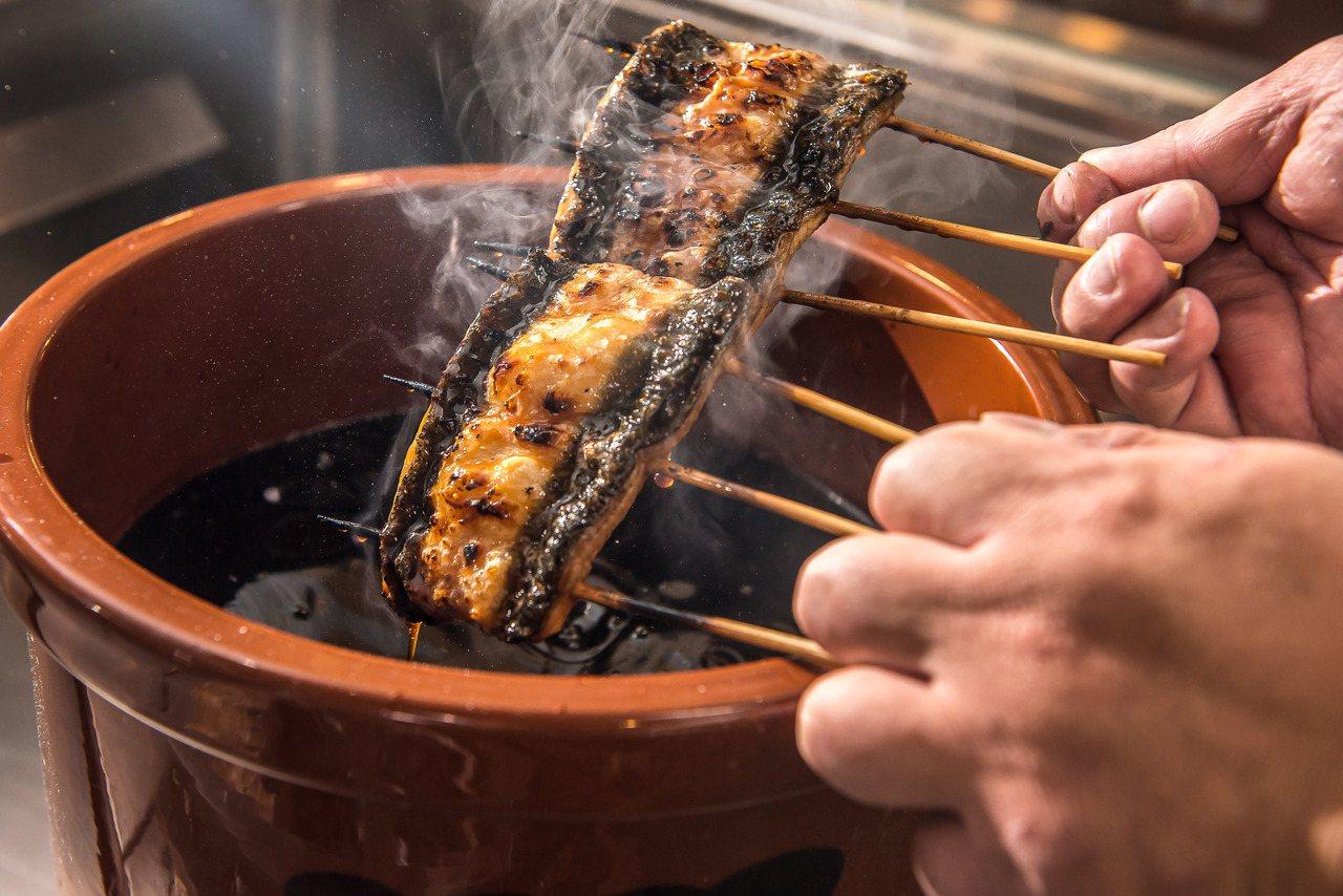 以關東式的「開背」⼿法處理,再串籤碳烤直烤。圖/無敵⼀家 鰻や提供