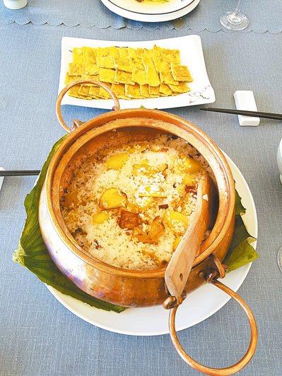 銅鍋魚搭配銅鍋飯,美味加倍。 圖/本報雲南澄江傳真
