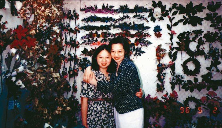 尹莘玲(左)的母親獨立拉拔家中7個孩子,她認為自己繼承了母親堅強的性格。 記者蔡...