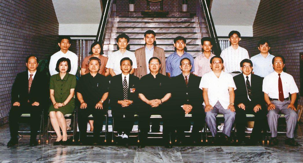 尹莘玲(後排左二)自美國接受法醫學訓練返國,1998年參加法務部法醫師訓練班。 ...