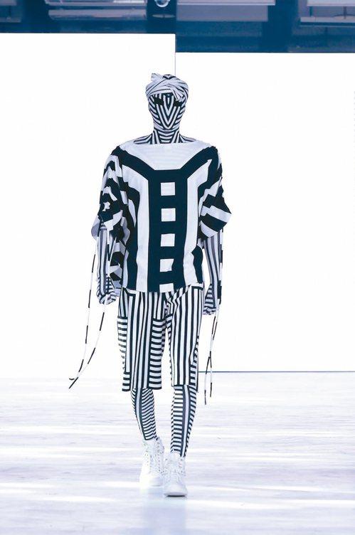 以原民傳統織布工藝為設計主軸,呈現一系列「織」的元素時裝作品,訴說族群文化故事。...