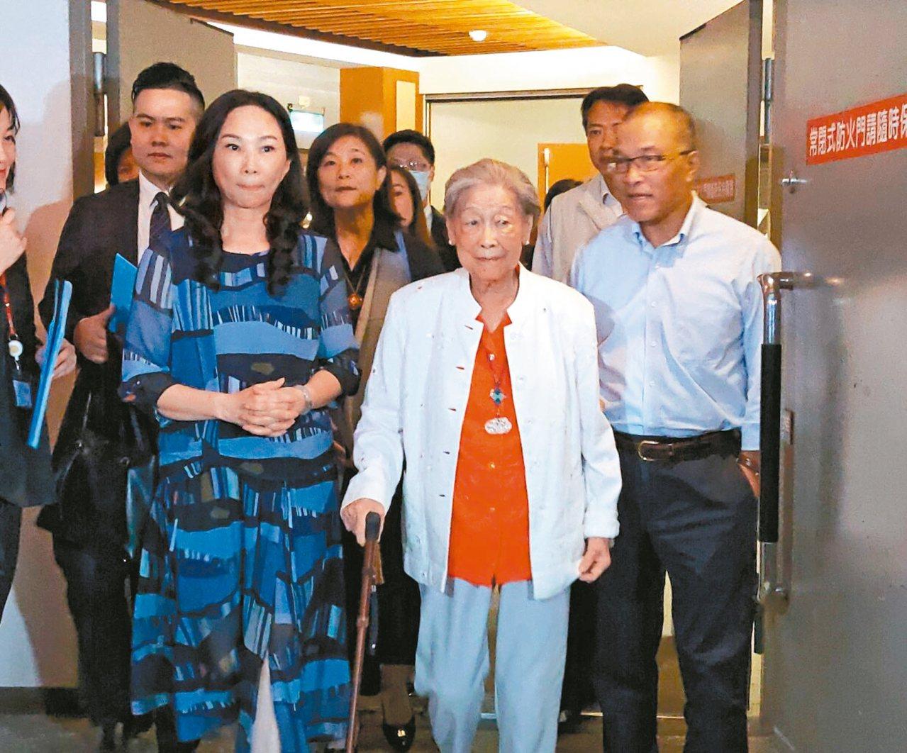 已故詩人余光中遺孀范我存(中),由高雄市長韓國瑜妻子李佳芬(左)、代理市長葉匡時...