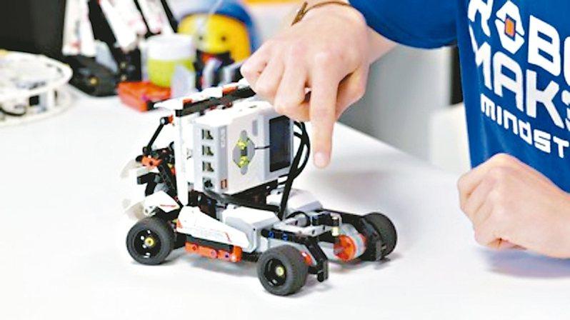 中華大學資工系為產業培養AI專業人才,新設「人工智慧組」招生滿額。 圖/中華大學提供