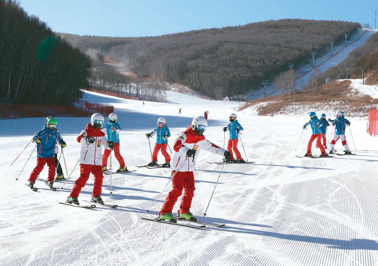 隨著2022年冬奧腳步臨近,大陸民眾對冰雪運動熱情高漲,冰雪產業商機大。 新華社...