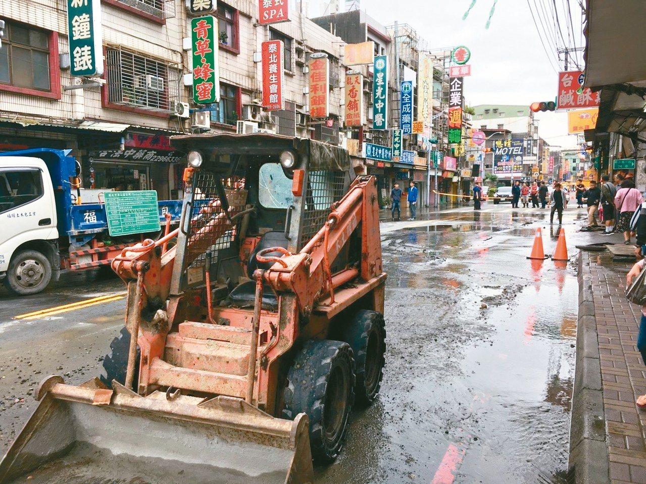 新北市泰山區明志路一段昨早因水管爆裂,造成明志路一段、美寧街口至大窠橋全線封閉。...