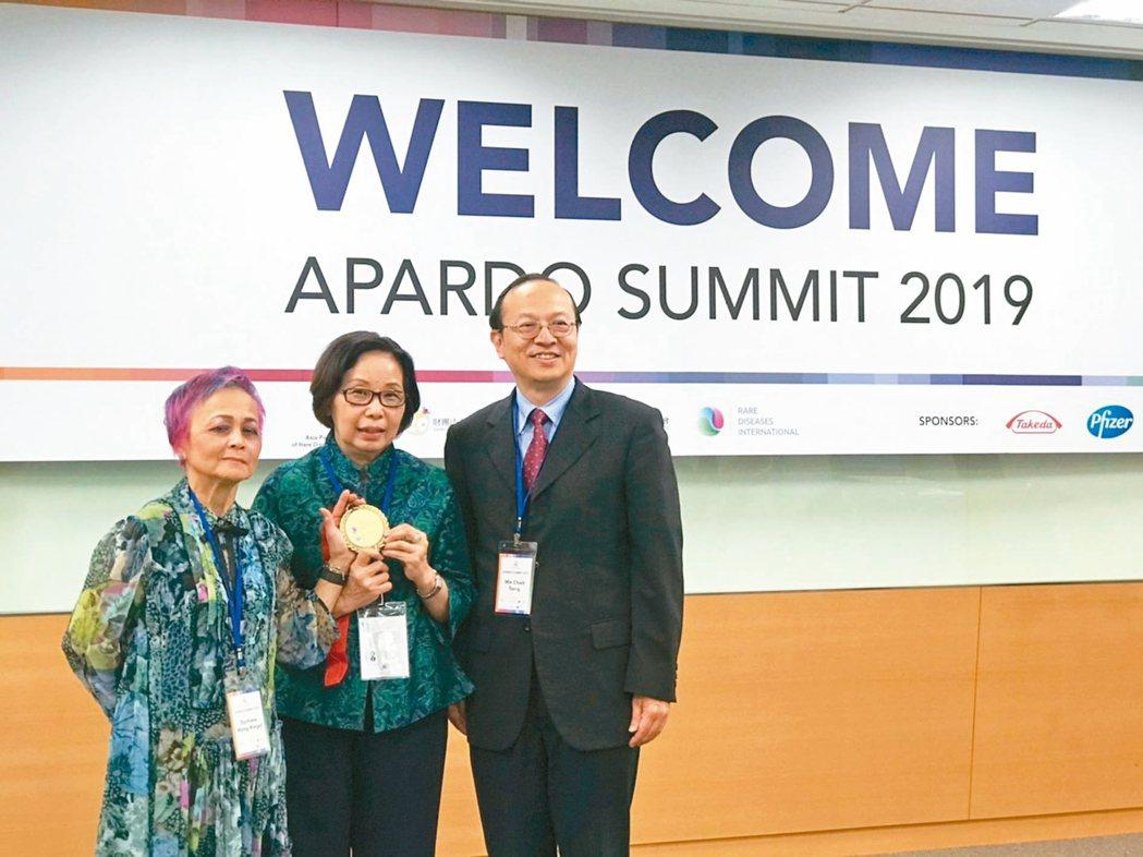 亞太罕病聯盟創人Dr. Durhane Wong-Rieger(左起)頒贈罕病英...