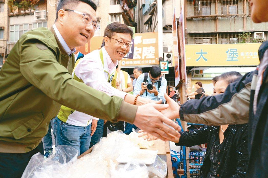 民進黨主席卓榮泰(左一)昨下午陪同立委張宏陸(中),前往江寧市場拜票。 記者張曼...