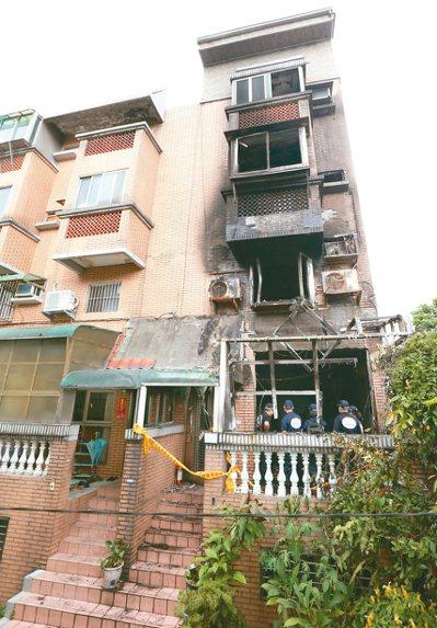 消防局研判起火點在一樓,頂樓加蓋則是排煙最大阻礙。 記者侯永全/攝影