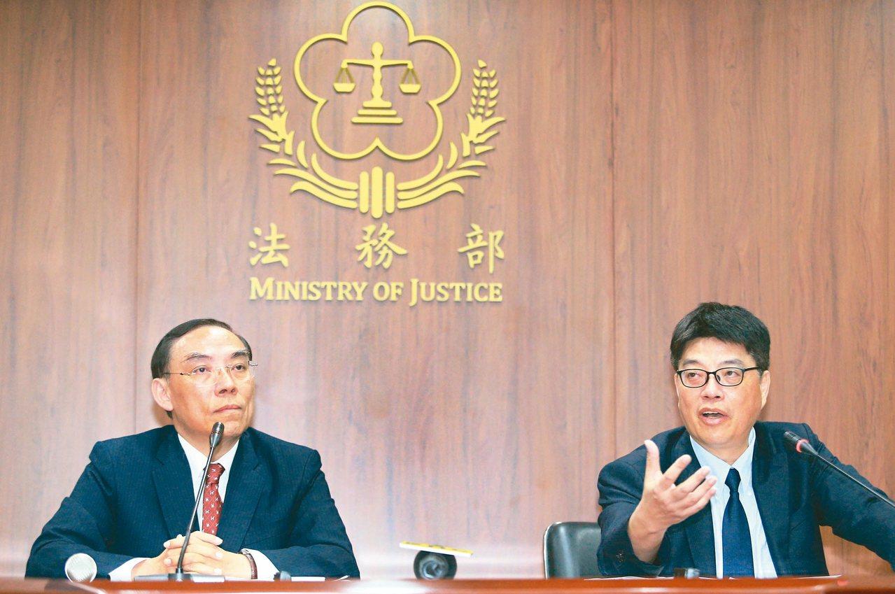 法務部長蔡清祥(左)與陸委會副主委邱垂正(右)昨晚針對陳同佳案舉行聯合記者會。 ...