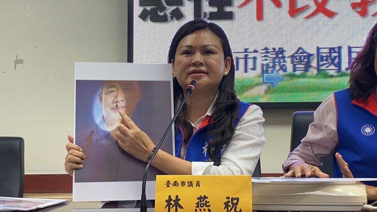 國民黨台南市立委參選人林燕祝指出,19日一早她發現競選總部前方的韓國瑜看板竟然被...
