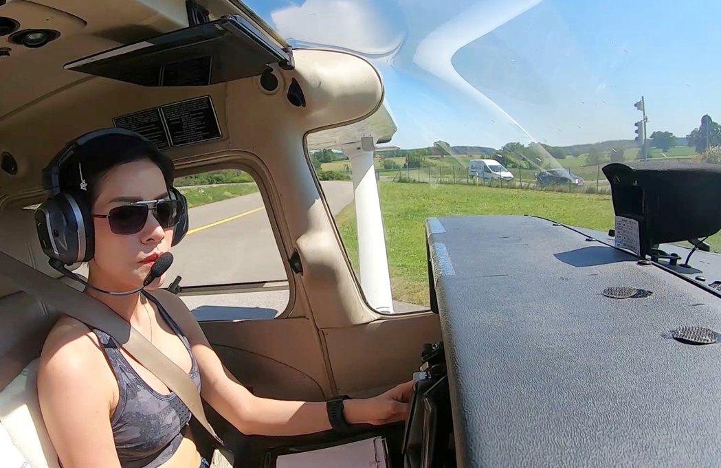 泰國王室今年8月公布王妃詩妮娜穿著短版上衣開飛機的辣照。(路透)