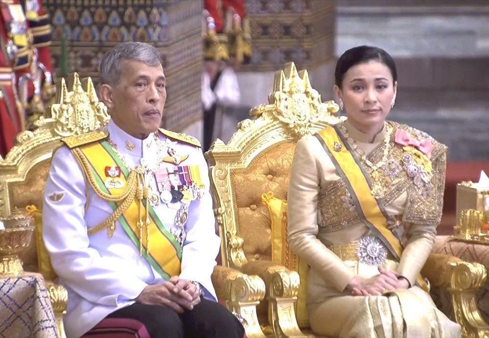 泰王瓦吉拉隆功和王后蘇提達5月參加泰王加冕典禮活動。(美聯社)
