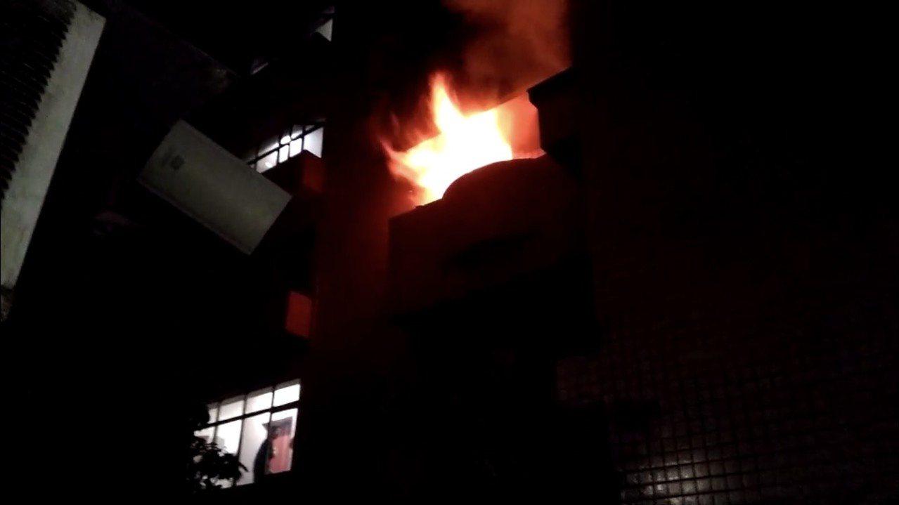 桃園民宅今天凌晨發生火警,大火從屋內竄出。圖/民眾提供