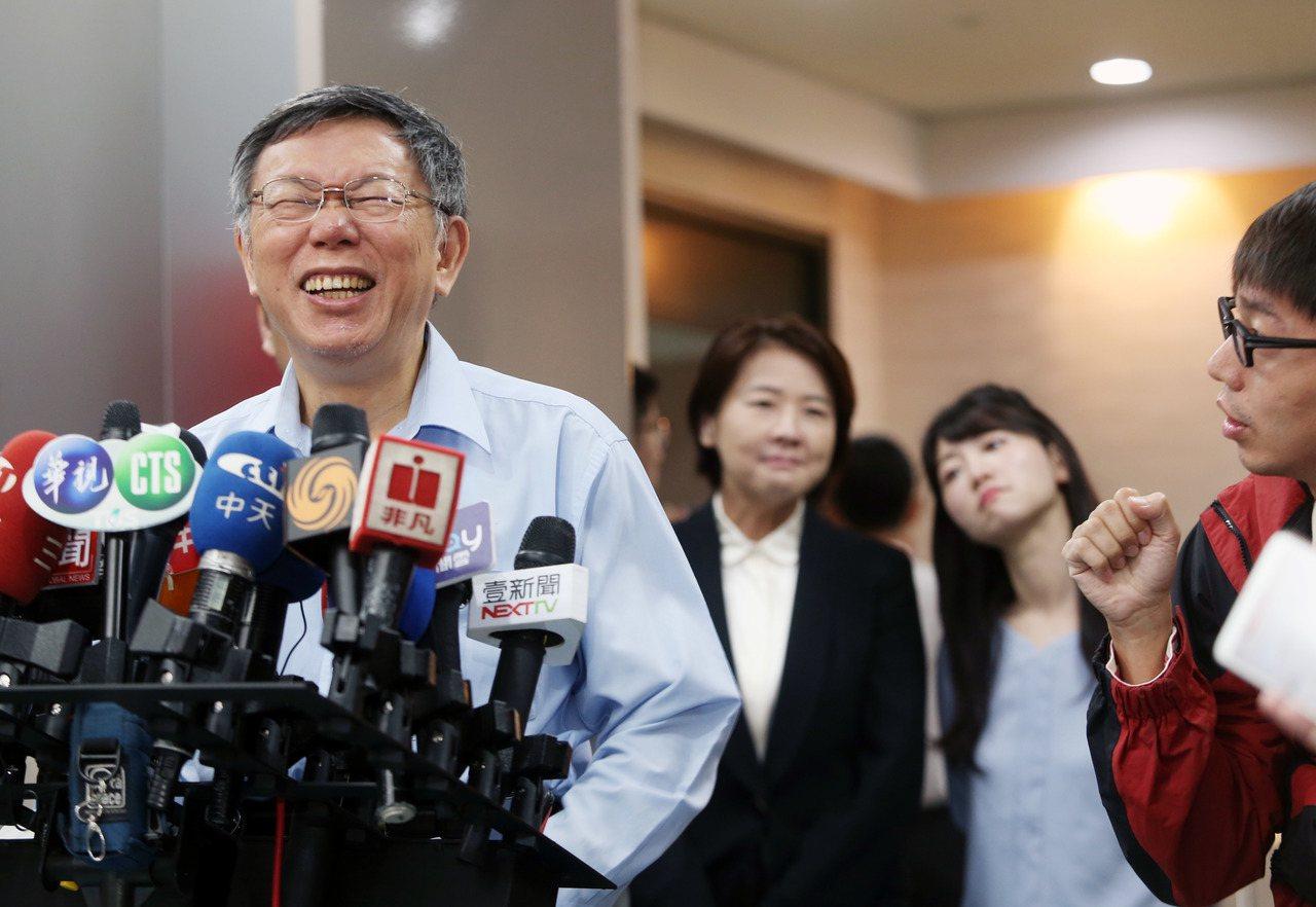 台北市長柯文哲(左)上午接受媒體聯訪,新上任的副市長黃珊珊與民進黨市議員高嘉瑜在...