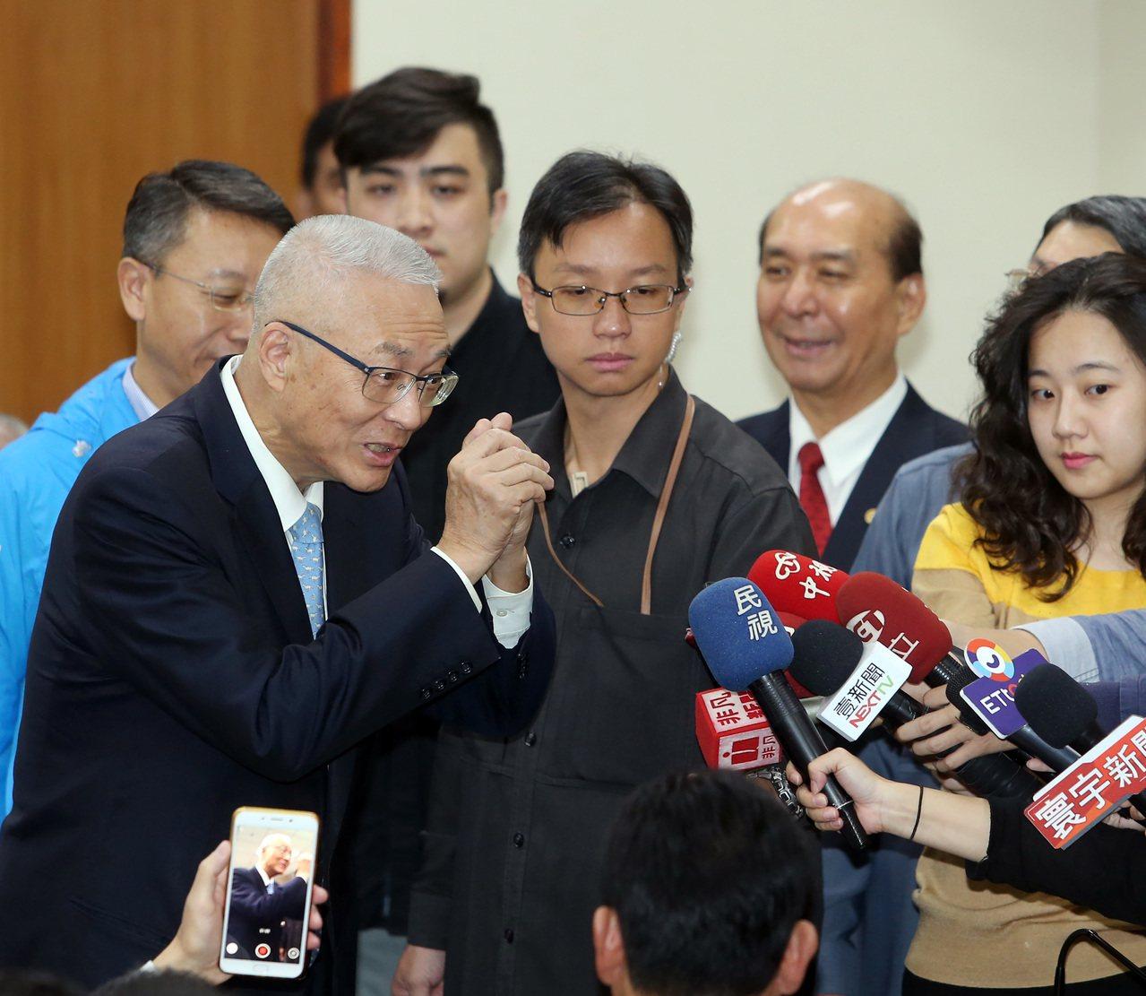 國民黨主席吳敦義(左)上午出席中華民國全國道教與法師後援總會成立。記者曾吉松/攝...