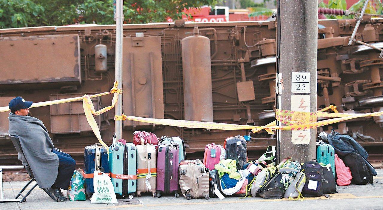 聯合報杜建重「等不到主人的行李」入圍單張新聞攝影獎。記者杜建重/攝影