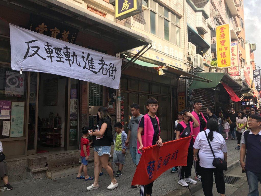 日前新北捷運局提出淡海輕軌開進淡水老街,引發兩旁的店家抗議。 聯合報系資料照片/...
