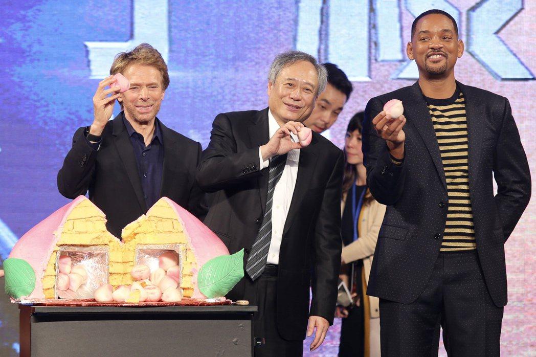 好萊塢巨星威爾史密斯(右)、製片傑瑞布洛克海默(左)與導演李安(中)日前出席「雙...