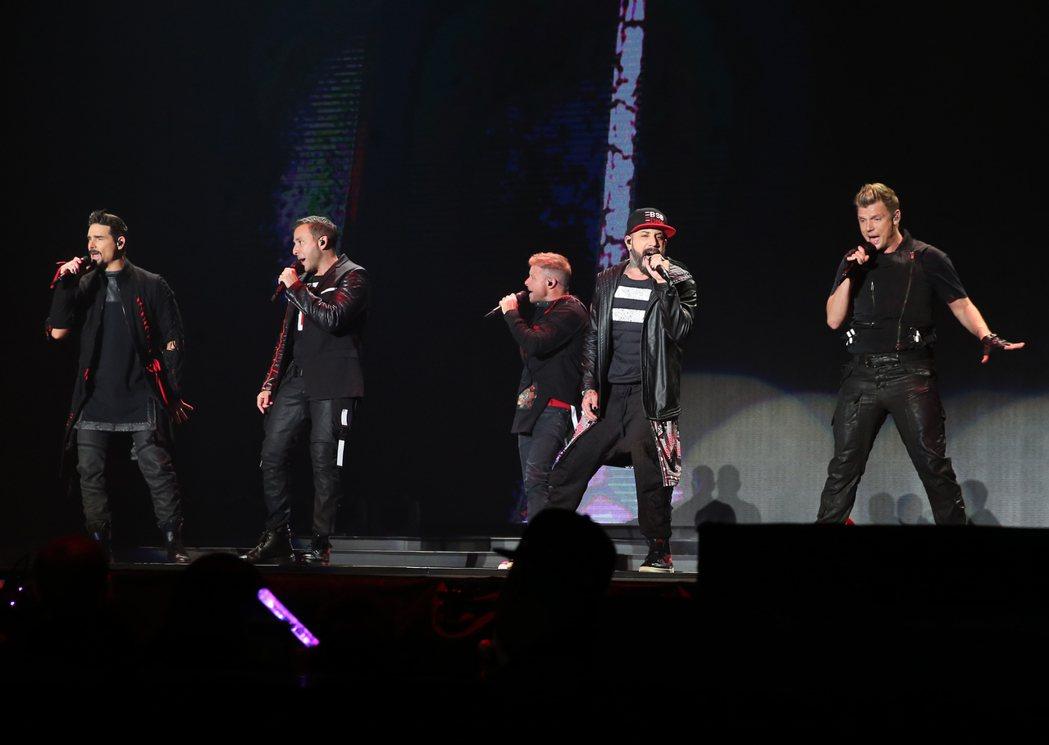 成軍26年的美國流行樂團「新好男孩」睽違4年後第4度來台,在南港展覽館舉行演唱會...