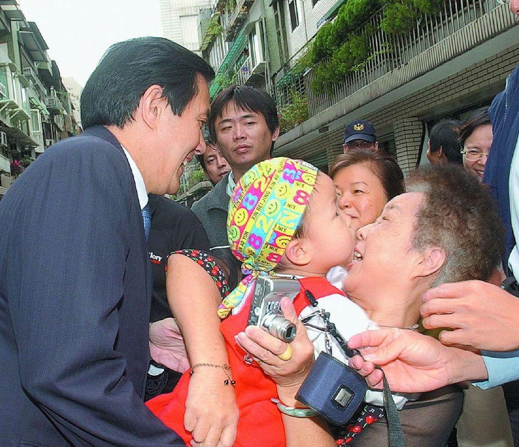2006年11月,馬英九參加皇冠文化集團譽揚儀式時,一位小孩子怕生不給抱。 圖/...