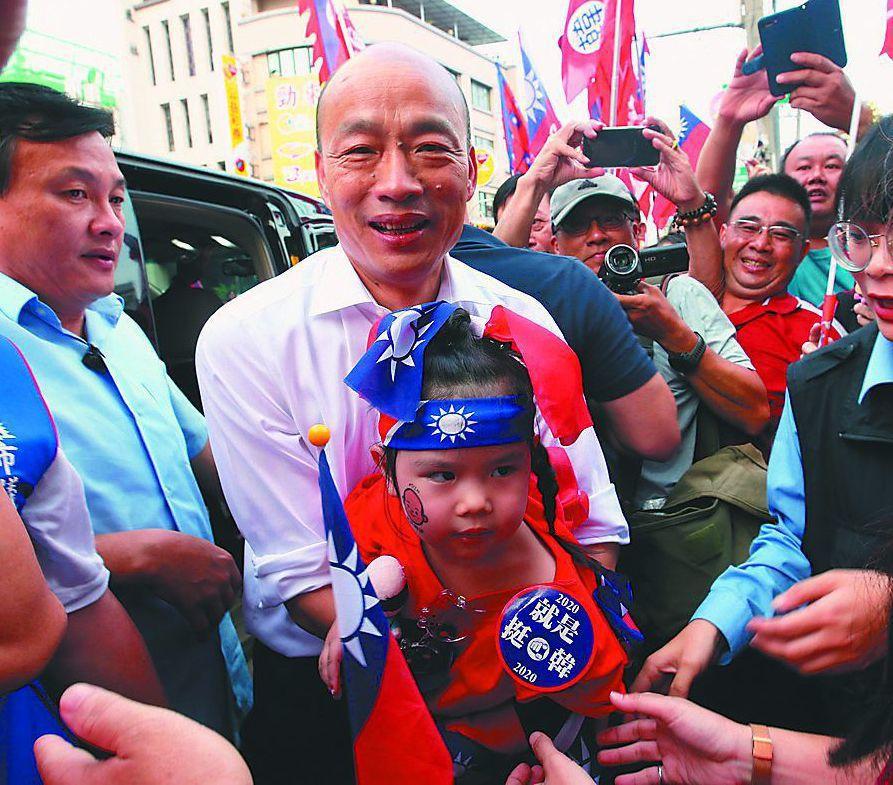 韓國瑜抱著小小韓粉合影。 圖/聯合報系資料照片