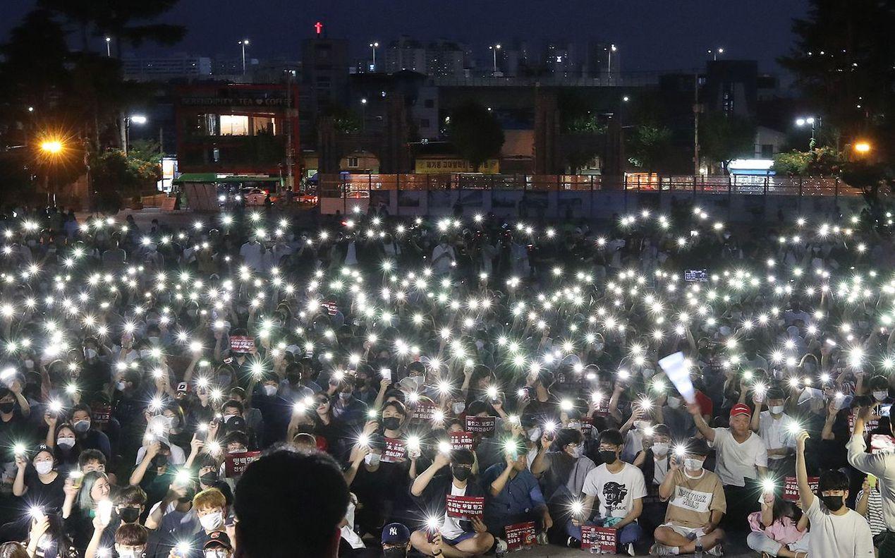 8月23日,南韓高麗大學學生與家長在校園內抗議曹國女兒走後門就讀。 (歐新社)