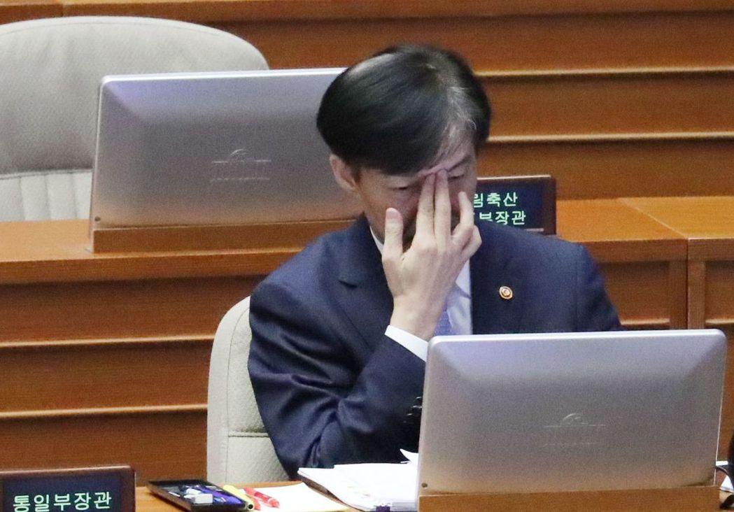 南韓前法務部長曹國家人涉及的特權腐敗醜聞,讓總統文在寅面臨政治生涯最大危機。 (...