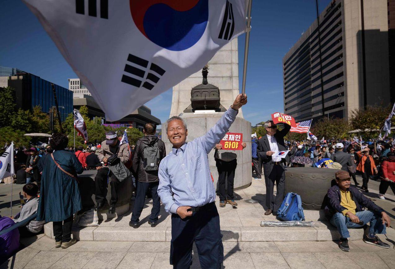 反政府人士日前在首爾示威,抗議曹國家人涉及的特權腐敗醜聞。 (法新社)
