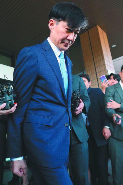 曹國14日宣布辭職後,隨即離開法務部大樓。 (歐新社)