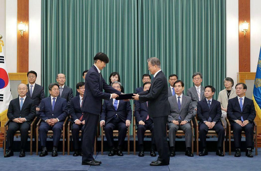 9月9日,在一片爭議聲中,韓國總統文在寅(右)任命曹國為法務部長。圖為文在寅授予...