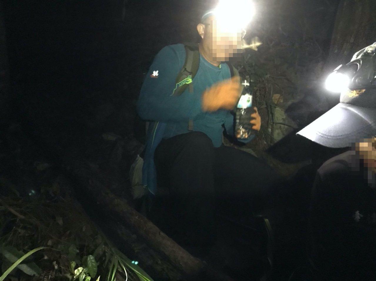 台中市曾姓男子今年10月12日在德芙蘭步道迷路,警消指示他打開頭燈,敲打山壁、樹...